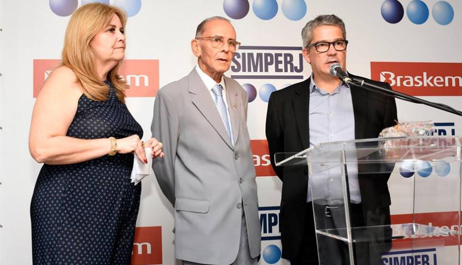 Da esquerda para a direita: Ísis F. Alves, assessora da diretoria do Simperj; José da Rocha Pinto, presidente do Simperj e Flávio Chantre, gerente de relações institucionais SP/RJ da Braskem.