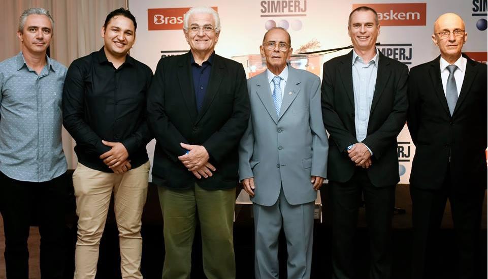 Da esquerda para direita: Kennedy Cardoso, da Pavan Zanetti e Krioplast; Diogo Barbosa da Costa, da Marvplast; Antonio Dottori, da Pavan Zanetti; José da Rocha Pinto, presidente do Simperj; Daniel Fleischer, da Braskem; e Marcelo Oazen, vice-presidente do Simperj.