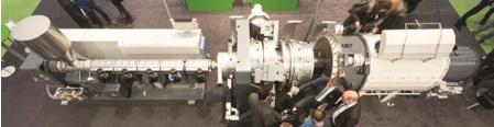 Configuração FDC (Mudança rápida de dimensão) para a mudança em linha da dimensão do tubo exibida na feira K 2016: extrusora solEX NG, cabeçote para tubos FDC com folga ajustável da massa fundida, manga de calibração FDC, tanque de vácuo FDC